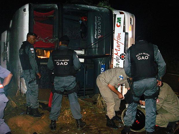 Ônibus voltava para Nova Iguaçu após fazer evangelismo no Sul do ES (Foto: Roberto Martins/ Polícia Militar Ambiental)