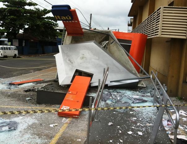 Explosão de caixa eletrônico destruiu cabos de energia elétrica e de telefonia (Foto: Carlos Eduardo Matos/G1 AM)