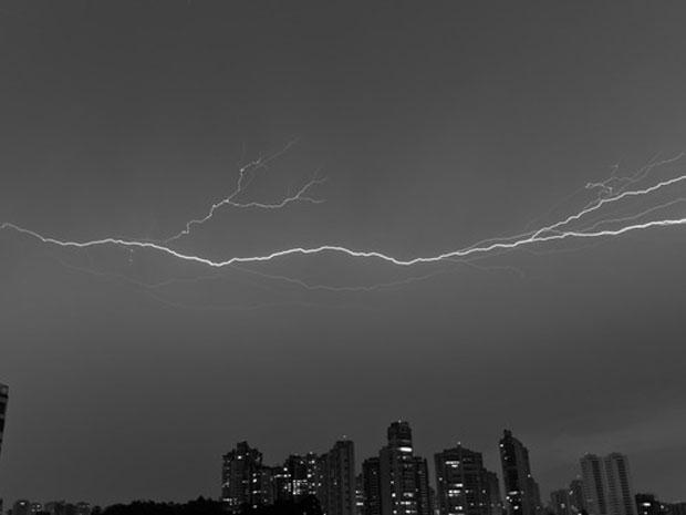 Leitor fotografou raios na noite deste domingo (8), no bairro Santo Amaro, em São Paulo (Foto: Rene Ballo Bueno/ VC no G1)