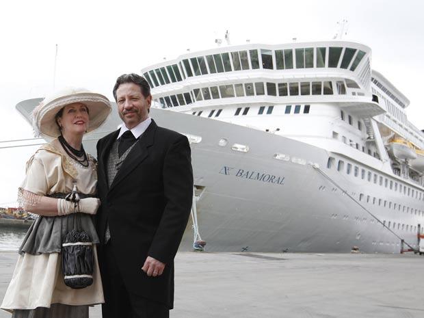 Mary Beth Crocker Dearing e seu marido Tom Dearing posam com roupas de época enquanto esperam para entrar no transatlântico MS Balmoral, em Newport (Foto: Alastair Grant/AP)
