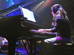 Eloá Gonçalves fez graduação e mestrado em música popular pela Unicamp, e hoje toca piano com a cantora Sandy (Foto: Arquivo pessoal)