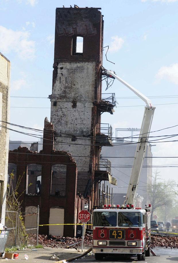 O fogo fez com que parte do prédio vizinho cedesse, o que teria causado as duas mortes registradas. (Foto: Scott Anderson/Reuters)