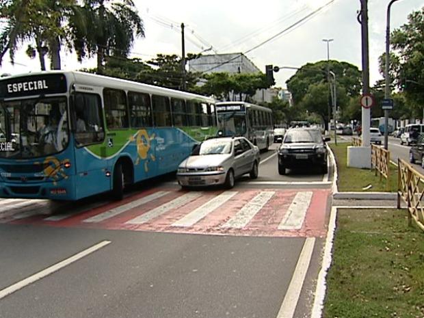 Carro ficou no meio da faixa de pedestres após ultrapassar semáforo. (Foto: Reprodução/TV Gazeta)