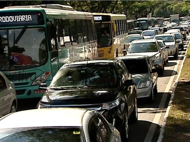 Trânsito ficou engarrafado no sentido Bento Ferreira-Centro de Vitória. (Foto: Reprodução/TV Gazeta)