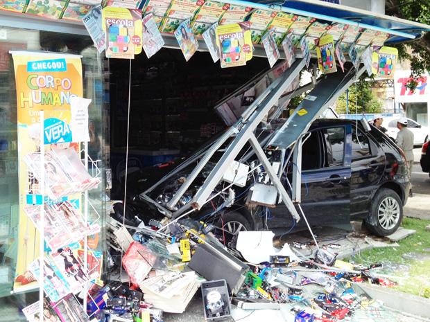 Carro invade banca de revistas em João Pessoa (Foto: Walter Paparazzo/G1)