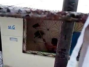 Moradora filma vizinha agredindo cachorro com vassoura em Salvador (Foto: Reprodução)