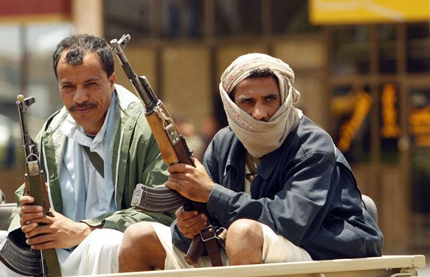 Policiais sentam em carro próximo ao aeroporto internacional de Sanaa, na reabertura para voos, no dia 8 (Foto: Khaled Abdullah/Reuters)