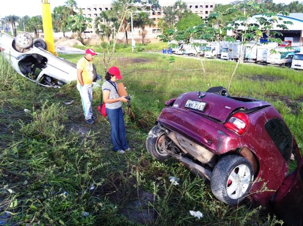 Veículos se chocaram na pista da Torquato: um capotou e outro bateu em poste de energia (Foto: Carlos Eduardo Matos/G1 AM)