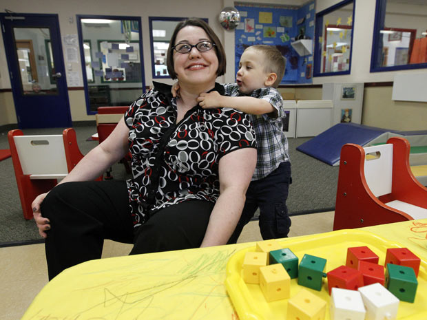 Kelly Andrus brinca com seu filho, Bradley, em uma sala localizada em um centro especial em Lewisville, no Texas, em 4 de abril. Os médicos diagnosticaram autismo leve na criança, que fará três anos.  (Foto: Tony Gutiérrez/AP)