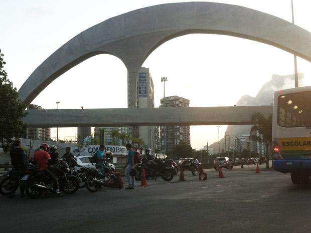 Blitz em motos na entrada da Rocinha (Foto: Marcelo Ahmed/G1)
