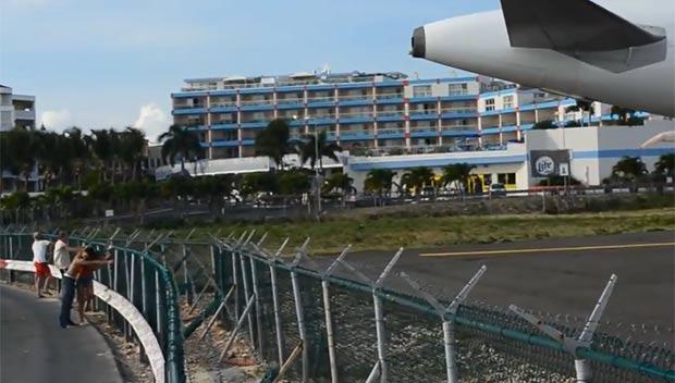 Por conta da pista curta (2,180 metros), os aviões se aproximam da cerca que divide o aeroporto da praia. (Foto: Reprodução)
