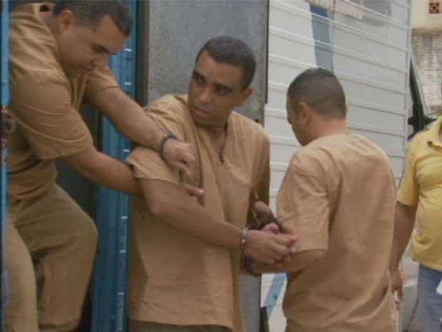 Réus são levados para julgamento no fórum de Cosmópolis. Eles são acusados de tráfico de drogas (Foto: Reprodução/ EPTV)