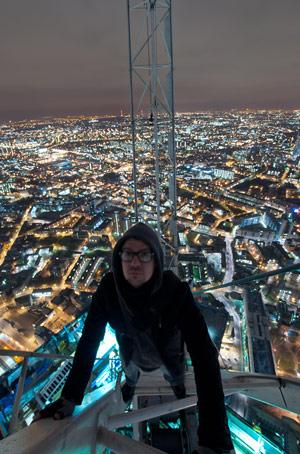Grupo de jovens invade e escala topo do novo prédio mais alto de Londres (Foto: Silent UK)