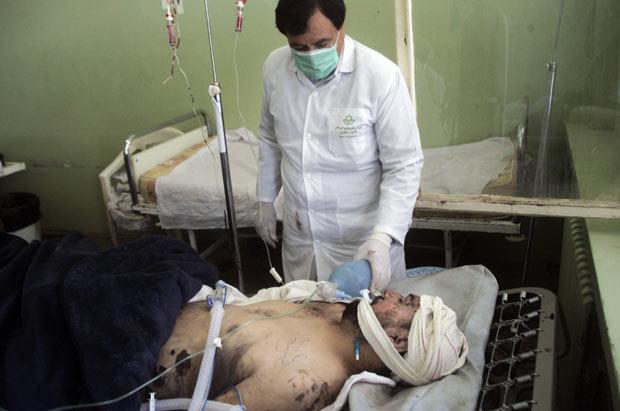 Ferido em atentado é socorrido nesta terça-feira (10) na cidade afegã de Herat (Foto: Reuters)