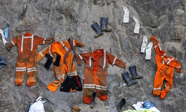 Uniformes de mineiros secam ao sol na entrada da mina Cabeza de Negro (Foto: Martin Mejia/AP)