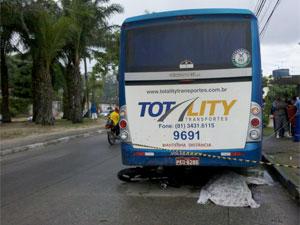 Motoqueiro não resistiu aos ferimentos após colisão no Recife (Foto: Kety Marinho / TV Globo)