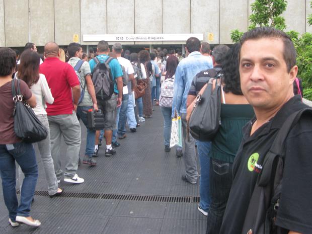 O motorista Sidney da Silva, de 39 anos, aguarda na fila para entrar na estação Corinthians-Itaquera, na Linha 3-Vermelha (Foto: Letícia Macedo/G1)