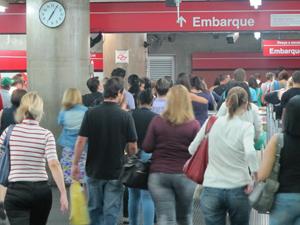 Passageiros lotam entrada da estação Anhangabaú, em São Paulo (Foto: Rafael Sampaio/G1)