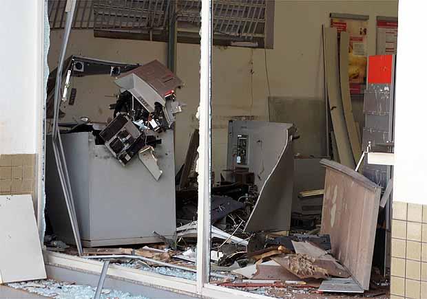 Caixas eletrônicos ficam destruídos após explosão em Aramina (Foto: Divulgação Fábio Pimentel)