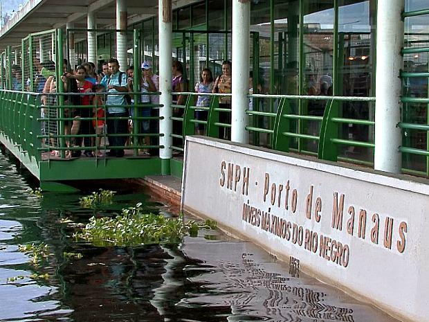 Nível da cheia de 2009 também se transformou em atração turística no Porto de Manaus (Foto: Reprodução/Rede Amazônica)