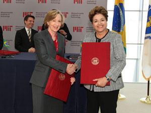 Dilma em cerimônia de assinatura de atos no Instituto de tecnologia de Massachussetts (MIT) (Foto: Roberto Stuckert / PR)