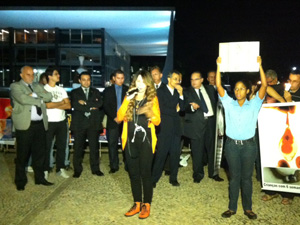A cantora Elba Ramalho com manifestantes diante do prédio do STF em Brasília (Foto: Débora Santos / G1)