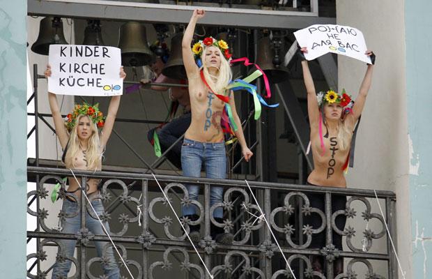 Ativistas do grupo feminista Femen subiram ao topo da catedral de Santa Sofia, no centro de Kiev, para protestar contra um projeto de lei que tramita no Parlamento condenando todo tipo de aborto, exceto quando o parto ameaça a vida da mãe (Foto: Gleb Garanich/Reuters)