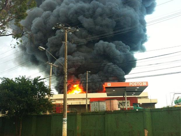 Incêndio na Estrada do Coco (Foto: Mariana Lelis/Arquivo Pessoal)
