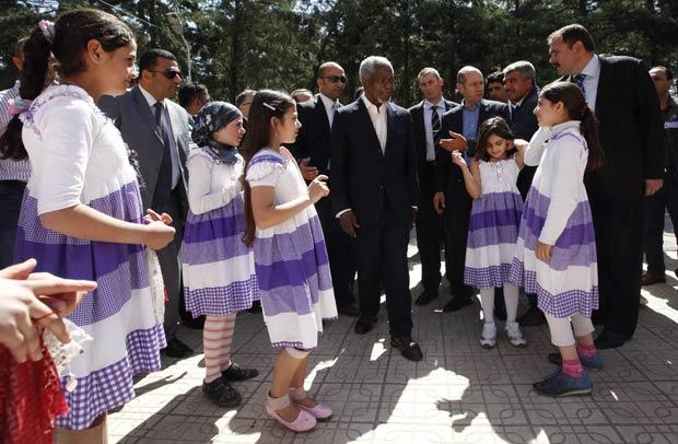 O enviado da ONU, Kofi Annan, é recebido por crianças sírias em campo de refugiados na província turca de Hatay (Foto: AFP)
