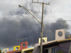 Incêndio na Estrada do Coco (Foto: Maria Cristina Lemos/VC no G1 )