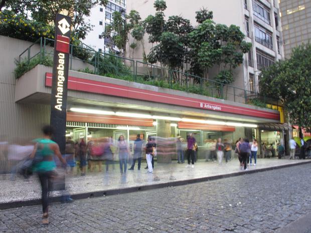 Movimento na entrada da estação Anhangabaú do Metrô (Foto: Paulo Toledo Piza/G1)