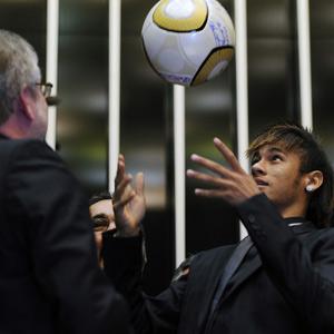 Neymar joga bola em sessão no Congresso (Foto: Saulo Cruz/Agência Câmara)