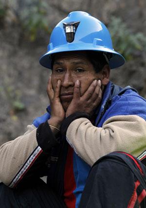 Mineiro observa operação de resgate nesta terça-feira (10) (Foto: Martin Mejia/AP)