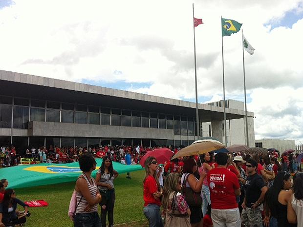 Professores do DF hasteiam bandeira de sindicato e fecham Eixo Monumental (Foto: Maiara Dornelles / G1)