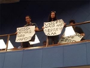 Cidadãos fazem manifestação de protesto na Câmara de Vereadores de Campinas (Foto: Luciano Calafiori/G1)