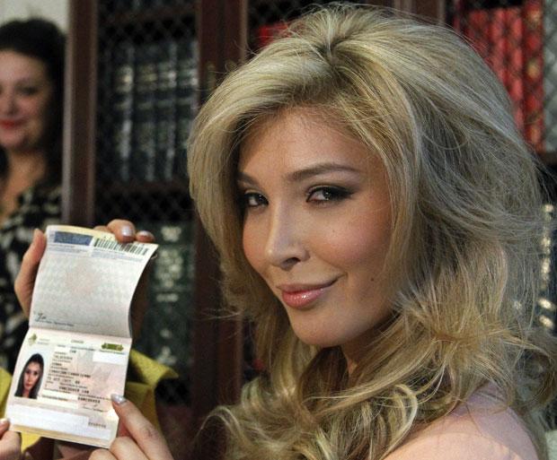 A candidata do Miss Canadá, Jenna Talackova, exibe seu passaporte, que a define como sendo do sexo feminino, em imagem da semana passada (Foto: Reed Saxon/AP)