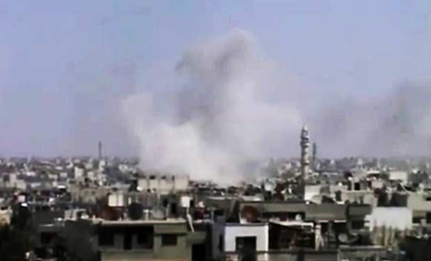 Imagens divulgadas pela oposição síria nesta terça-feira (10) mostram fumaça que seria de bombardeio das forças de segurança à cidade de Homs (Foto: AP)