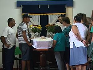Velório do rapaz que morreu asfixiado ao engolir drogas em São Joaquim da Barra, SP (Foto: Reprodução/EPTV)