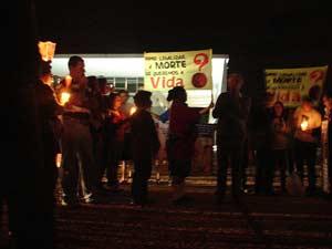 Manifestantes com faixas contra o aborto de bebês sem cérebro em frente ao Supremo nesta terça-feira (10) (Foto: Raquel Morais/G1)