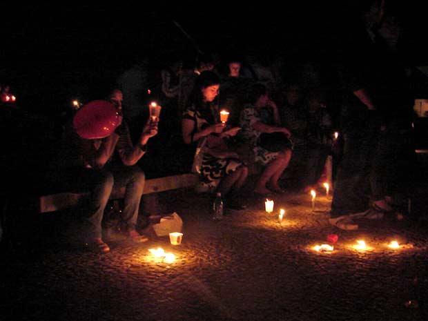 Manifestantes contra a interrupção da gestação de anencéfalos acendem velas em vigília em frente ao STF na noite desta terça-feira (10) (Foto: Raquel Morais/G1)