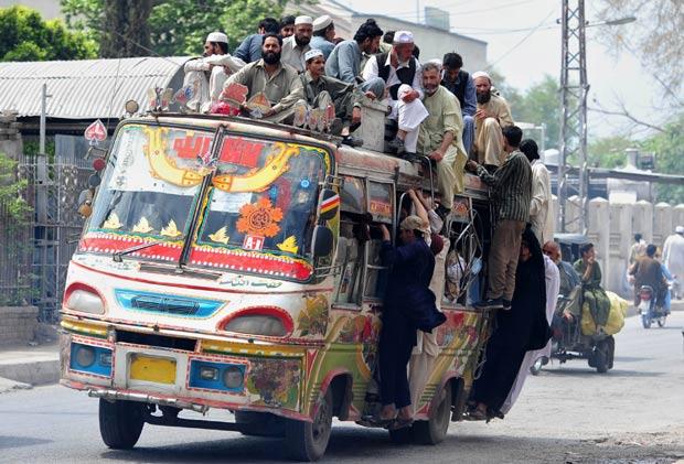 Ônibus foi flagrado superlotado em Peshawar. (Foto: A. Majeed/AFP)