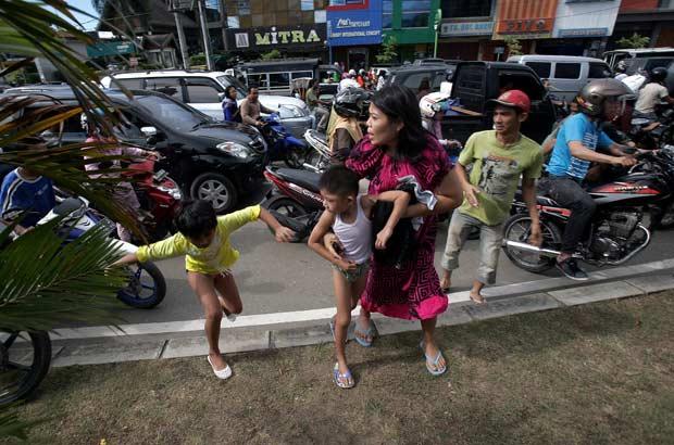 Moradores da costa de Banda Aceh correm logo após a notícia do terremoto nesta quarta-feira (11) (Foto: AFP)