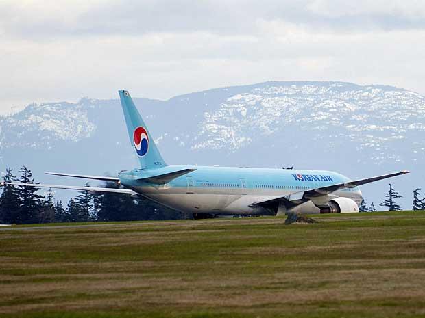 Boeing 777 da Korean Air na pista de uma base da Aeronáutica no Canadá. (Foto: The Canadian Press / Richard Warringto / AP Photo)