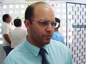 Delegado Luis Cotrim esteve no hospital para ouvir as vítimas (Foto: Daniel Peixoto/G1 PB)