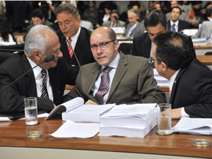 O senador Demóstenes Torres na CCJ, entre os colegas Pedro Simon (à esq.) e Pedro Taques (à dir.), na última vez em que apareceu em público no Senado, em 21 de março (Foto:  José Cruz/Ag. Senado)