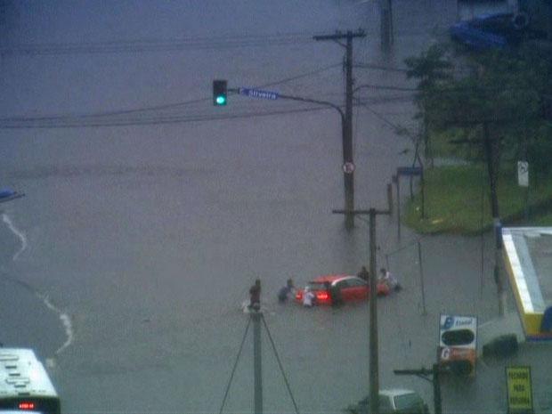 Alagamento na Avenida Abraão de Morais, na Zona Sul (Foto: Reprodução/TV Globo)