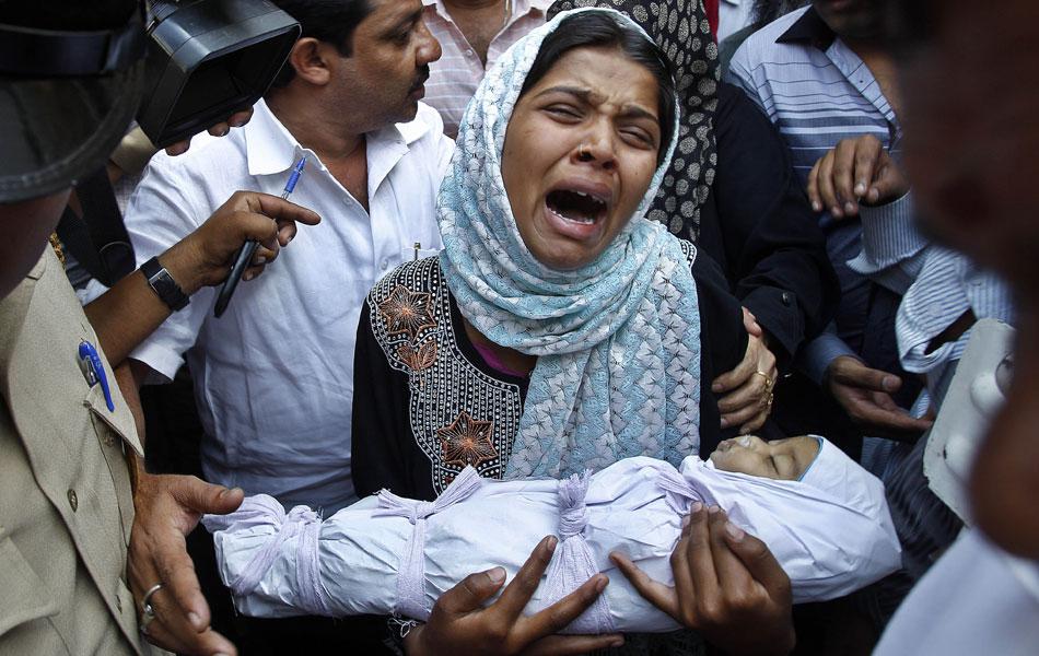 A indiana Reshma Bano se desespera com a morte da filha ainda bebê nesta na cidade de Bangalore. Ela afirma que sua filha, Afreen, foi levada ao hospital no domingo (8) após ser espancada pelo pai, que ficou insatisfeito por não ter tido um filho homem.