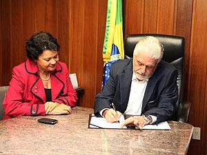 Goverador Jaques Wagner sanciona Lei 'Antibaixaria' na Bahia (Foto: Alberto Coutinho/Secom-BA)
