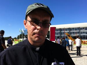 O padre Pedro Stepien, do movimento religioso Provida, contrário à liberação do aborto de anencéfalos (Foto: Natalia Godoy / G1)