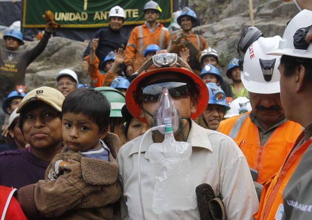 Mineiro é recebido por familiares após ser resgatado da mina (Foto: mejia)